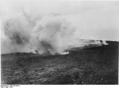 """Bundesarchiv Bild 183-R06111, Verdun, Sperrfeuer, explodierende Granaten"" di Ignoto  CC Attribution-Share Alike 3.0 Wikimedia Commons"